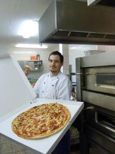 Pizza Familienpizza Kueche Pizzeria Marija Schluesselfeld