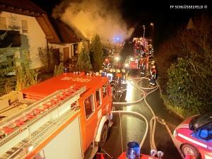 Feuerwehr Feuerwehreinsatz 15122014 600b Schlüsselfeld Hausbrand Garage Brand Feuer Haus Wohnhausbrand